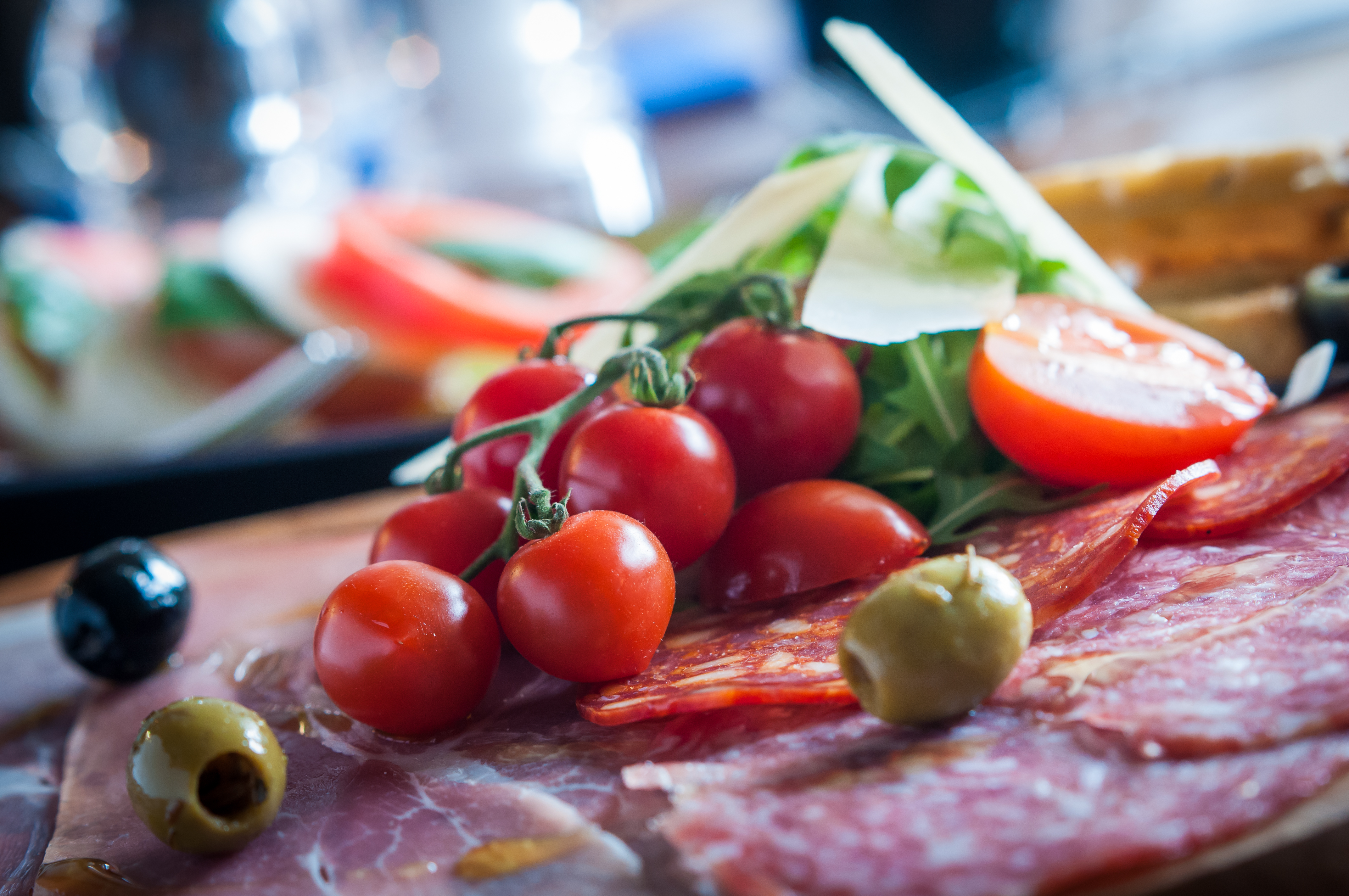 Antipasti platter with vine tomatoes, olives and salami