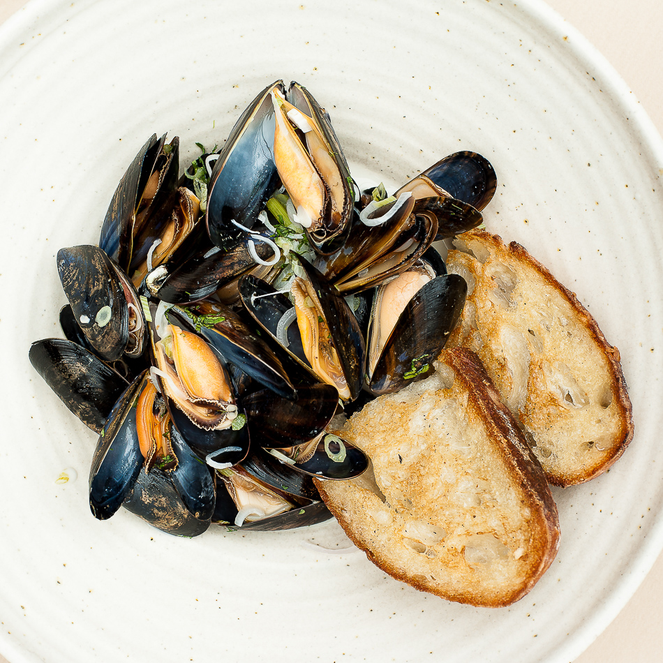 Bowl of fresh mussles and toasted bread